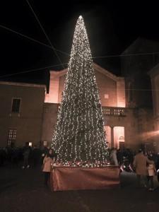 <H2>Piazza Duomo anche quest&#8217;anno sarà illuminata dall&#8217;albero di Natale <br><H4><font color='black'>Sarà il Comitato di San Paride a dare inizio alle manifestazioni natalizie di quest'anno