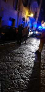 Giovane colta da malore, i cittadini rimuovono il blocco in Via Nicola Gigli per fare passare l'ambulanza.