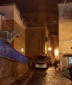Cadono calcinacci, ancora Vigili del Fuoco in via Nicola Gigli.