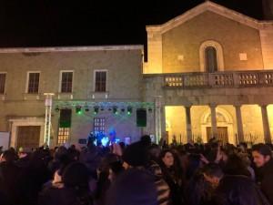 I giovani danno il loro benvenuto al 2020 in Piazza del Duomo.