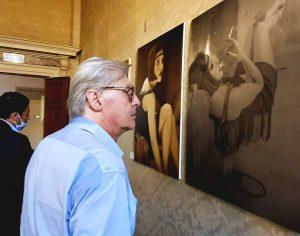 Quando Sgarbi si fermò ad ammirare Mariella Izzo nell'arte di Laura Ruggiero.